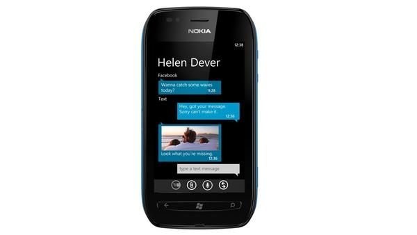 Nokia Lumia 710 : Mit einer Diagonale von 3,7 Zoll und 480x800 Pixeln Auflösung bietet das Lumia 710 eine höhere Pixeldichte als das Samsung Galaxy S2.
