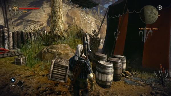 The Witcher 2: Assassins of Kings : Auf der 360 verwaschen die Texturen deutlich. Objektschatten sind keine zu sehen und statt acht Fäßern stehen hier nur noch vier vor dem Zelt.