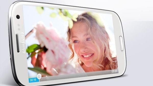 Samsung stellt Galaxy S3 vor : Das Samsung Galaxy S3 erscheint in einem hellen und in einem dunklen Farbton.