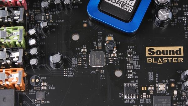 Creative Soundblaster Recon 3D : Der Soundcore 3D genannte Chip (Mitte) ist winzig, die (im Foto abgeschraubte) blaue Plastikappe dient nur zum Schutz und optischen Zwecken, eine Kühlfunktion besitzt sie nicht.